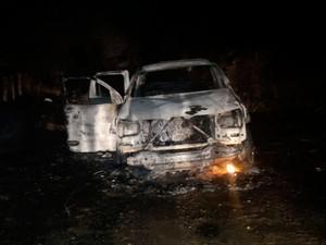 Carro foi queimado durante ação criminosa (Foto: Divulgação/ PM Caculé)