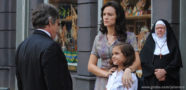 Ernest aparece de surpresa na porta da escola da Pérola (Foto: Joia Rara/TV Globo)