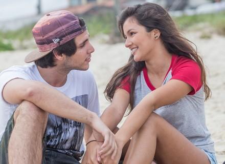 Lucas diz que está namorando Luíza e os dois curtem dia na praia