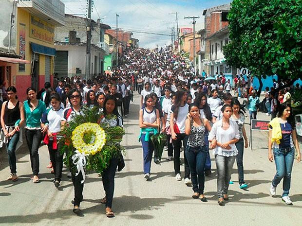 Enterro de jovem morta em acidente mobiliza população no interior da BA (Foto: Nilton Reis/ Esmeralda Notícias)