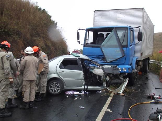 Grave acidente mata um homem e deixam três feridos. (Foto: Renato Freitas/Blog Adilson Ribeiro)