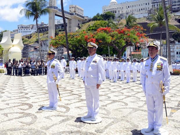 Cerimônia de posse com almirante Garnier de óculos e almirante Viveiros na ponta esquerda da foto em Salvador na Bahia (Foto: Divulgação/Marinha do Brasil)