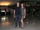 Com o namorado, Carol Castro prestigia estreia de musical