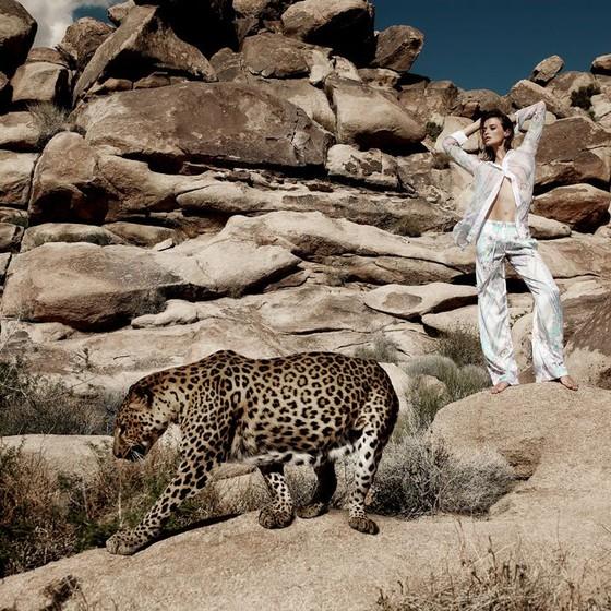 Flavia Lucini diz que ficou tensa ao posar com o leopardo para nova campanha (Foto: Divulgação)