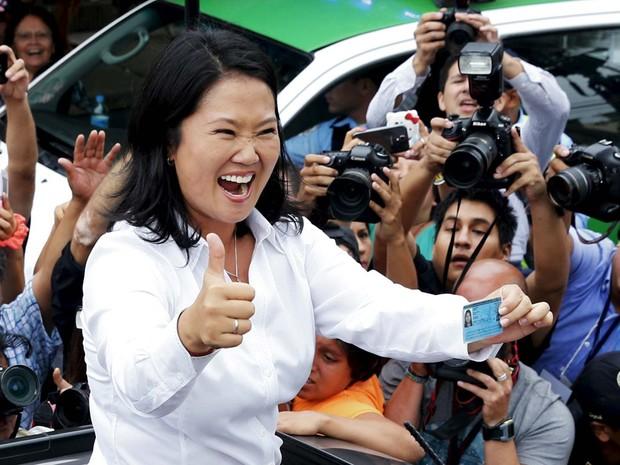 Keiko Fujimori acena para apoiadores e jornalistas após votar neste domingo (10) em Lima (Foto: REUTERS/Mariana Bazo)