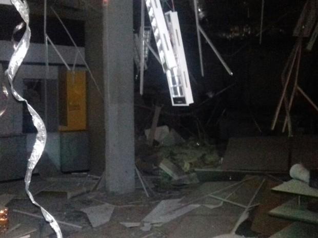 Suspeitos usram explosivos no Banco do Brasil de Goiana (Foto: Priscila Costa/WhatsApp)
