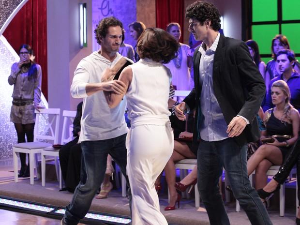 Nando tenta ajudar, mas nem Fábio consegue controlar a esposa (Foto: Guerra dos Sexos/TV Globo)