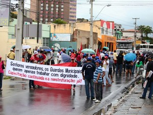 Mesmo com chuva, manifestantes saíram às ruas.  (Foto: Jonathan Lins/G1)