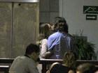 Após colocar silicone, Letícia Spiller troca beijos com o marido no Rio