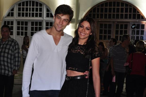 Carol Castro com o namorado (Foto: Roberto Teixeira / EGO)