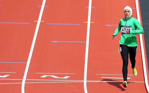 Sarah Attar na prova dos 800m em Londres (Foto: Getty Images)