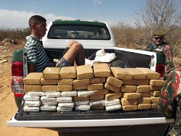 Jeyckson Rodrigues foi preso com tabletes de maconha em Mossoró, RN (Foto: Marcelino Neto/G1)