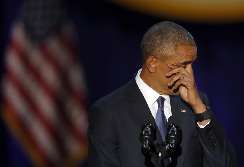 Barack Obama se emocionou ao elogiar sua família e o vice-presidente Joe Biden (Foto: Charles Rex Arbogast/AP)