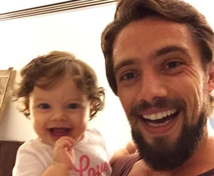 Rafael Cardoso é puro chamego com a pequena Aurora (Foto: Arquivo pessoal)
