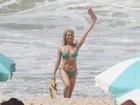 Aos 40, Letícia Spiller usa biquíni e exibe boa forma em gravação na praia