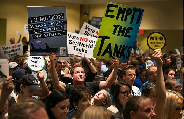Ativistas de direitos dos animais protestam contra o SeaWorld em audiência da Comissão Costeira da Califórnia (Foto: Damian Dovarganes/AP)