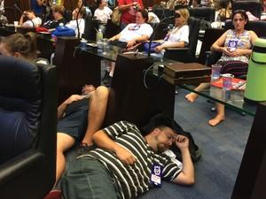 Sem cadeiras para todos, manifestantes tiveram de dormir no chão (Foto: Sabrina Coelho/G1)