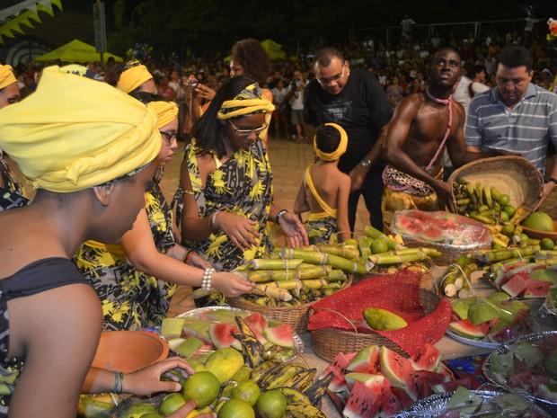 Mesa com as frutas como oferendas aos participantes da Missa dos Quilombos (Foto: Abinoan Santiago/G1)