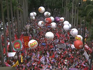 Manifestantes fazem protesto contra o impeachment na Praça da Sé (Foto: GloboNews/Reprodução)