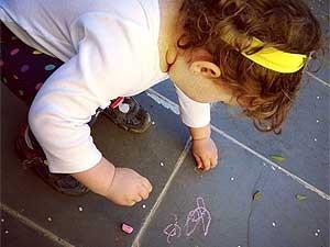 A menina Ariane, de 2 anos, foi matriculada em escola infantil com quatro meses (Foto: Aneliese Zimmermann/Arquivo Pessoal)