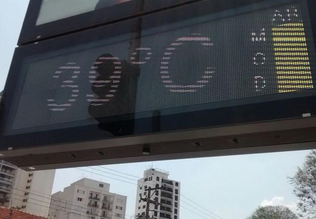 Termômetro marca 39 graus ao sol em São Paulo (Foto: Suzane Frutuoso)