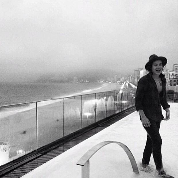 Harry Stiles de roupa em piscina (Foto: Reprodução do Instagram)