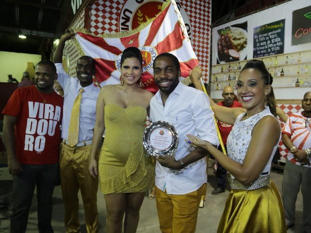 Raíssa Machado, grávida, Lázaro Ramos na quadra da escola de samba Viradouro, em Niterói, no Rio (Foto: Marcello Sá Barretto/ Ag. News)