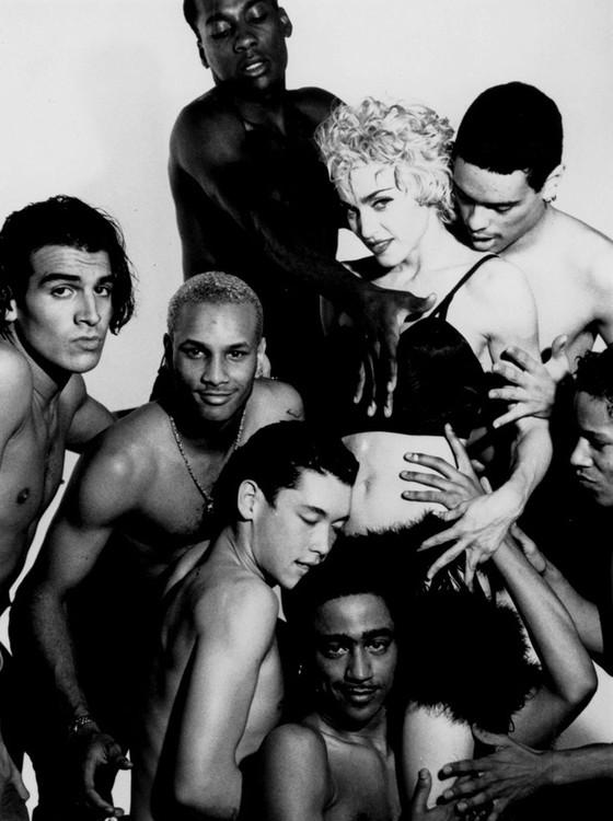 Madonna rodeada pelos sete dançarinos da Blond Ambition Tour, que contam suas histórias no filme Strike a posa (Foto: Reprodução)