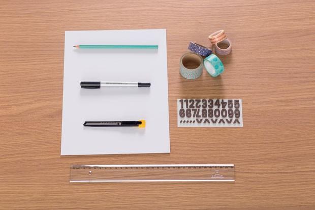 1. Materiais  –  Papel-cartão branco; Lápis grafite; Caneta preta permanente; Estilete; Fitas adesivas decorativas; Adesivos de números; Régua (Foto: Bruno Marçal / Editora Globo)