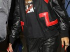 Rihanna chega a aeroporto usando a mesma jaqueta de Chris Brown
