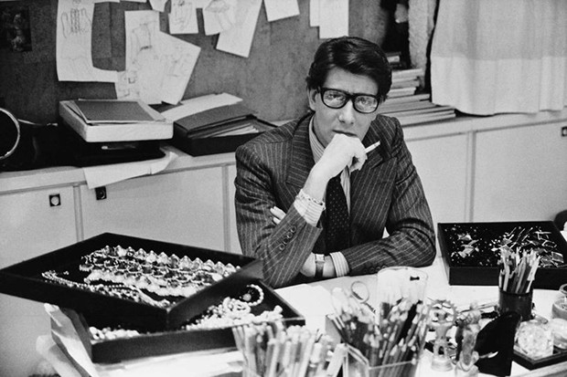 Yves Saint Laurent in his studio in Paris, 1986 (Foto: FONDATION PIERRE BERGÉ-YVES SAINT LAURENT, PARIS)