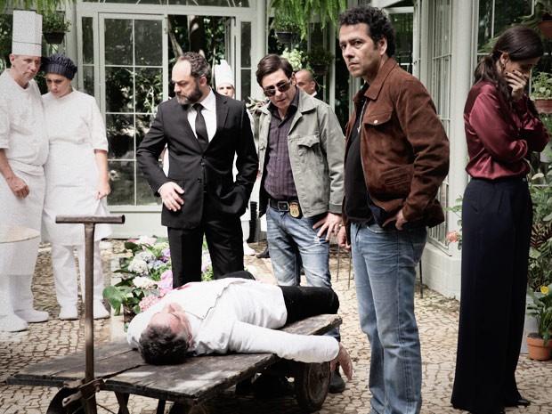 Pedroso encontra Pierre morto (Foto: Pedro Curi / TV Globo)