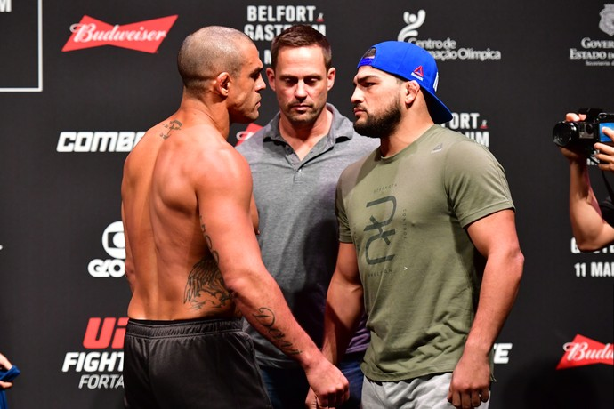 Vitor Belfort e Kelvin Gastelum Cerimônia Pesagem UFC Fortaleza (Foto: Jason Silva)