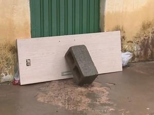 Morador improvisou para evitar novos alagamentos em casa (Foto: Reprodução/ TV TEM)