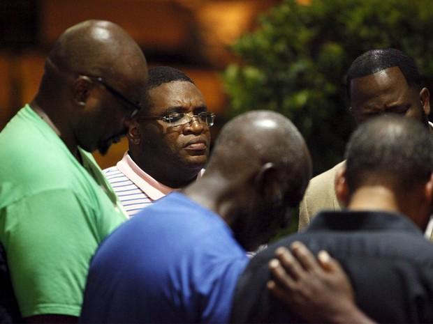 Grupo se reúne para orar após tiroteio em igreja de Charleston (Foto: Randall Hill/Reuters)