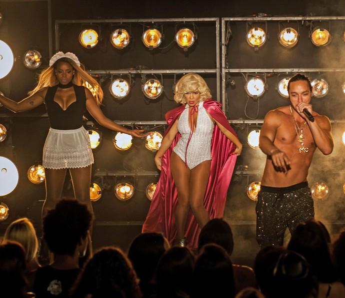 A figurante entra com look sexy no palco (Foto: Camila Camacho/ Gshow)