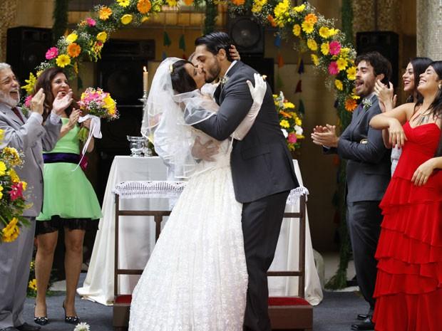 Josué e Valéria se casam e o vaqueiro tasca um beijão na marajoara (Foto: Amor Eterno Amor/ TV Globo)