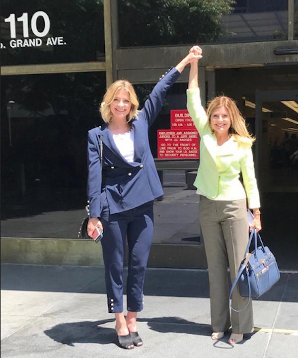 A atriz Mischa Barton e sua advogada celebram a vitória na Justiça (Foto: Twitter)
