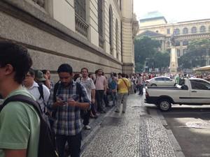 Público enfrenta fila para assistir à primeira reunião da CPI dos Ônibus, na Câmara Municipal, no Centro do Rio (Foto: Mariucha Machado/G1)