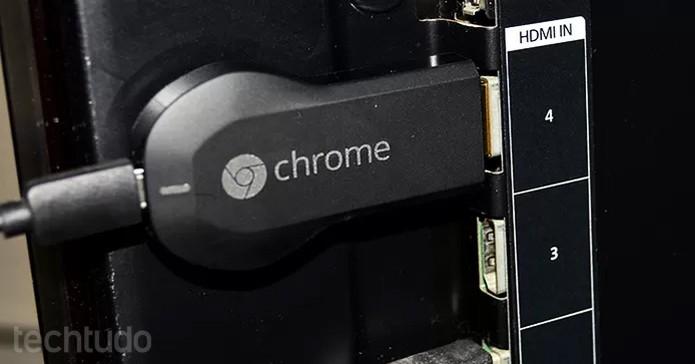 Conecte o Chromecast na TV na entrada HDMI (Foto: Barbara Mannara/TechTudo)