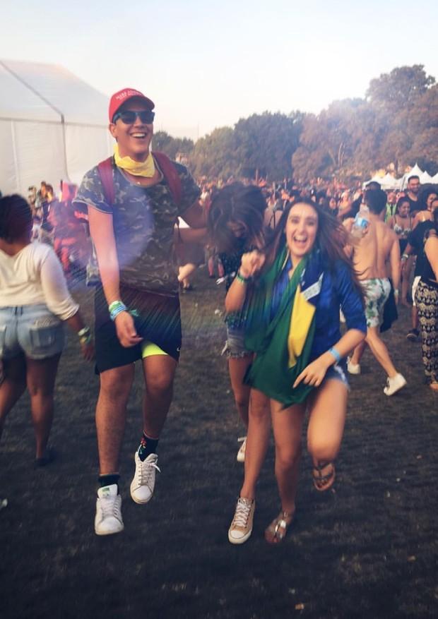 Sasha entre os dois amigos com quem curtiu o festival de música eletrônica (Foto: Reprodução/ Instagram)