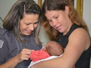 Cabo Marina conhece a pequena Laura. PM ajudou o pai a fazer o parto da própria filha por telefone, em Itaquaquecetuba (Foto: Jamile Santana/G1)
