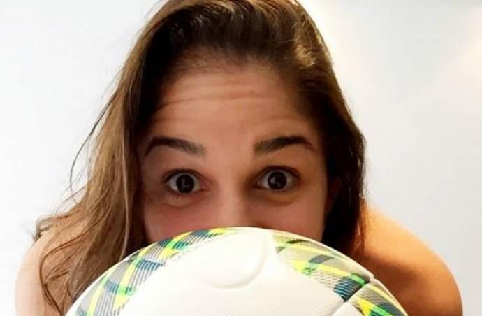 Natália não é apaixonada por futebol, mas não consegue fugir do assunto com as colegas (Foto: Reprodução / Instagram)