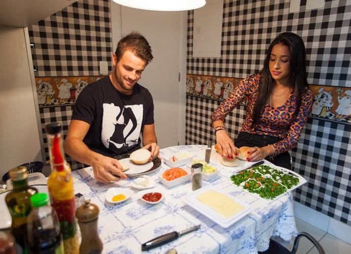 Enquanto Rafa cozinha, Talita ajuda na preparação dos sanduíches (Foto: Fabiano Battaglin/Gshow)