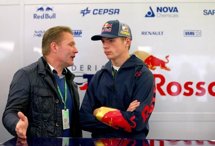 Ao lado do pai, Jos, Max Verstappen acompanha o GP da Bélgica, em Spa-Francorchamps (Foto: Divulgação)