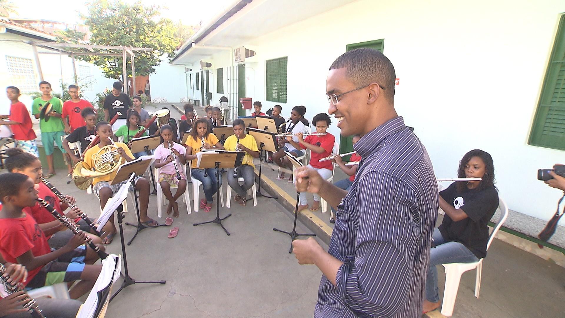 Jovens do Bairro da Paz aprendem a tocar instrumentos como oboé e fogote (Foto: Divulgação)