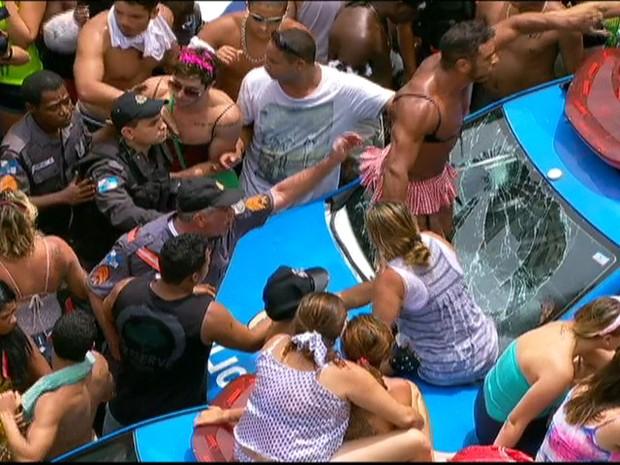 No paerto do Bola Preta, pessoas passam mal  e sobem em carro da PM, quebrando seu vidro (foto: Patrícia Cunha/G1) (Foto: Patrícia Cunha/G1)