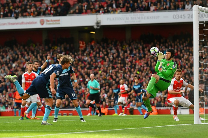 Petr Cech salva o Arsenal em cabeçada de Gastón Ramirez, do Middlesbrough (Foto: Getty Images)