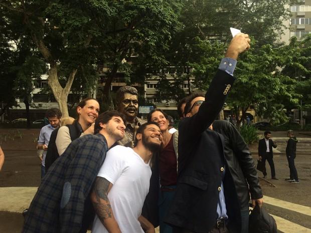 Fãs fazem selfie com estátua de Tim Maia na Tijuca (Foto: Matheus Rodrigues/G1)