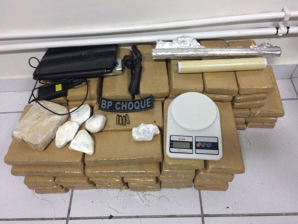 PM apreendeu 75 tabletes de maconha, 800g de crack e cocaína (Foto: Divulgação/PM)